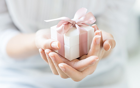 Hands holding a gift box.